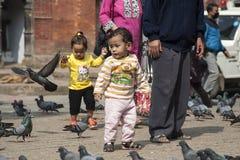 Παιδιά που παίζουν στην πλατεία Durbar στο Κατμαντού Στοκ φωτογραφία με δικαίωμα ελεύθερης χρήσης