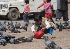Παιδιά που παίζουν στην πλατεία Durbar στο Κατμαντού Στοκ Εικόνες