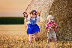 Παιδιά που παίζουν στον τομέα σίτου στη Γερμανία Στοκ Εικόνες
