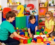 Παιδιά που παίζουν στους κύβους παιδιών εσωτερικούς Μάθημα στο δημοτικό σχολείο Στοκ Εικόνες