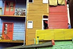 Παιδιά που παίζουν στο μπαλκόνι στο ζωηρόχρωμο Λα Boca Στοκ φωτογραφίες με δικαίωμα ελεύθερης χρήσης