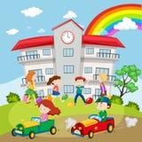 Παιδιά που παίζουν στο σχολικό τομέα απεικόνιση αποθεμάτων