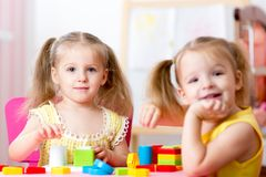Παιδιά που παίζουν στο δωμάτιο στοκ εικόνες