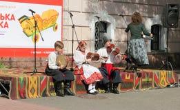 Παιδιά που παίζουν τα λαϊκά όργανα Στοκ Εικόνες