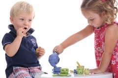 Παιδιά που παίζουν τα κόμματα τσαγιού Στοκ εικόνες με δικαίωμα ελεύθερης χρήσης