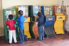 Παιδιά που παίζουν τα παιχνίδια bingo arcade Στοκ φωτογραφία με δικαίωμα ελεύθερης χρήσης