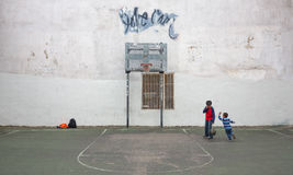 Παιδιά που παίζουν την καλαθοσφαίριση σε NYC Στοκ Εικόνες