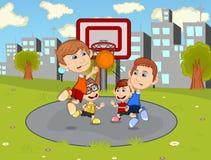 Παιδιά που παίζουν την καλαθοσφαίριση στα κινούμενα σχέδια πάρκων πόλεων Στοκ εικόνα με δικαίωμα ελεύθερης χρήσης