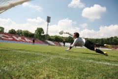 Παιδιά που παίζουν τον αγώνα ποδοσφαίρου ποδοσφαίρου Στοκ Εικόνες