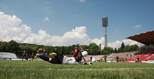 Παιδιά που παίζουν τον αγώνα ποδοσφαίρου ποδοσφαίρου Στοκ Φωτογραφίες