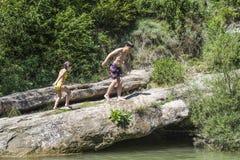 παιδιά που παίζουν τον ποταμό Στοκ Φωτογραφία