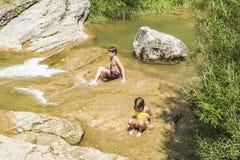 παιδιά που παίζουν τον ποταμό Στοκ Φωτογραφίες