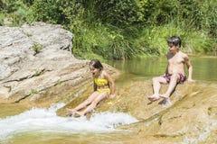 παιδιά που παίζουν τον ποταμό Στοκ εικόνα με δικαίωμα ελεύθερης χρήσης