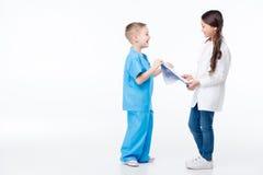 Παιδιά που παίζουν τους γιατρούς Στοκ εικόνα με δικαίωμα ελεύθερης χρήσης