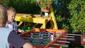 Παιδιά που παίζουν το επιτραπέζιο ποδόσφαιρο υπαίθρια Διασκέδαση υπαίθρια φιλμ μικρού μήκους