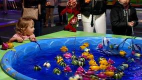 Παιδιά που παίζουν το παιχνίδι αλιείας απόθεμα βίντεο