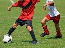 παιδιά που παίζουν το ποδόσφαιρο Στοκ Εικόνες