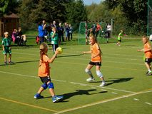 Παιδιά που παίζουν το χάντμπολ Στοκ φωτογραφία με δικαίωμα ελεύθερης χρήσης