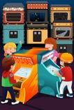 Παιδιά που παίζουν arcade τα παιχνίδια Στοκ φωτογραφία με δικαίωμα ελεύθερης χρήσης