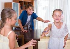 Παιδιά που παίζουν romp το παιχνίδι Στοκ φωτογραφία με δικαίωμα ελεύθερης χρήσης