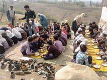 Παιδιά που παίρνουν το μεσημεριανό γεύμα στο σχολείο στοκ εικόνα με δικαίωμα ελεύθερης χρήσης