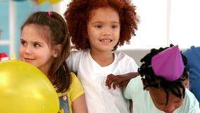 Παιδιά που παρατάσσουν για μια εικόνα γενεθλίων απόθεμα βίντεο