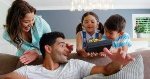 Παιδιά που παρουσιάζουν ένα αιφνιδιαστικό δώρο στον πατέρα φιλμ μικρού μήκους