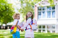 Παιδιά που πηγαίνουν πίσω στο σχολείο, έναρξη έτους Στοκ Φωτογραφίες