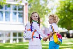 Παιδιά που πηγαίνουν πίσω στο σχολείο, έναρξη έτους Στοκ εικόνα με δικαίωμα ελεύθερης χρήσης