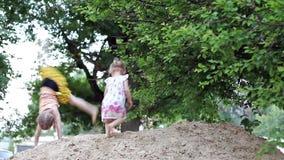 Παιδιά που πηδούν στο Sandbox φιλμ μικρού μήκους