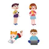 Παιδιά που προσέχουν, που ακούνε, που φωτογραφίζουν και που παίζουν με τις ηλεκτρονικές συσκευές, collorful διανυσματικές απεικον Στοκ φωτογραφία με δικαίωμα ελεύθερης χρήσης