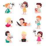 Παιδιά που προσέχουν, που ακούνε, που φωτογραφίζουν και που παίζουν με τις ηλεκτρονικές συσκευές, ζωηρόχρωμες διανυσματικές απεικ Στοκ εικόνα με δικαίωμα ελεύθερης χρήσης