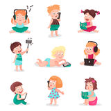 Παιδιά που προσέχουν, που ακούνε, που φωτογραφίζουν και που παίζουν με τις ηλεκτρονικές συσκευές, ζωηρόχρωμες διανυσματικές απεικ Στοκ Εικόνες