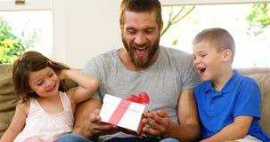 Παιδιά που προσφέρουν ένα δώρο στον πατέρα τους φιλμ μικρού μήκους