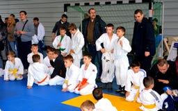 Παιδιά που στηρίζονται σε έναν εθνικό διαγωνισμό του τζούντου Στοκ Εικόνες