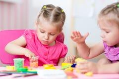 Παιδιά που σύρουν και που κάνουν με το χέρι Στοκ Εικόνα