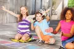 Παιδιά που σύρουν και που παρουσιάζουν φοίνικες στην κιμωλία Στοκ εικόνα με δικαίωμα ελεύθερης χρήσης
