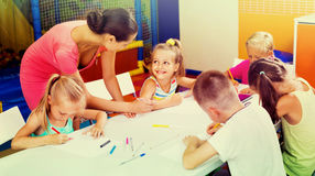 Παιδιά που σύρουν μαζί με το δάσκαλο στην ομάδα χόμπι Στοκ Εικόνες