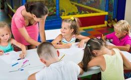 Παιδιά που σύρουν μαζί με το δάσκαλο στην ομάδα χόμπι Στοκ Φωτογραφίες