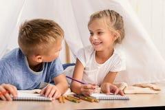 Παιδιά που σύρουν μαζί στο σπίτι Στοκ φωτογραφίες με δικαίωμα ελεύθερης χρήσης