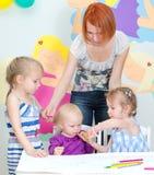 Παιδιά που σύρουν με τα μολύβια Στοκ Εικόνες