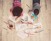 Παιδιά που σύρουν στο σπίτι Στοκ Εικόνες
