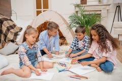 Παιδιά που σύρουν τις εικόνες με τα μολύβια στο σπίτι Στοκ Εικόνα
