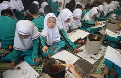 Παιδιά που σύρουν το σχέδιο μπατίκ Στοκ Εικόνες