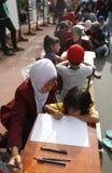 Παιδιά που σύρουν το σχέδιο μπατίκ Στοκ φωτογραφίες με δικαίωμα ελεύθερης χρήσης