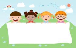 Παιδιά που τιτιβίζουν πίσω από την αφίσσα, ευτυχή παιδιά, χαριτωμένα παιδάκια στο υπόβαθρο Στοκ φωτογραφία με δικαίωμα ελεύθερης χρήσης