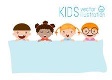 Παιδιά που τιτιβίζουν πίσω από την αφίσσα, ευτυχή παιδιά, χαριτωμένα παιδάκια στο υπόβαθρο Στοκ Φωτογραφίες