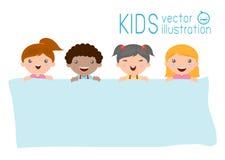 Παιδιά που τιτιβίζουν πίσω από την αφίσσα, ευτυχή παιδιά, χαριτωμένα παιδάκια στο υπόβαθρο Στοκ Φωτογραφία