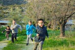 Παιδιά που τρέχουν μια φυλή στην αγριότητα Στοκ εικόνες με δικαίωμα ελεύθερης χρήσης