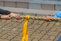 Παιδιά που τραβούν το σχοινί Στοκ Εικόνα